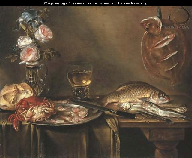 Roses and an iris in a glass vase, crabs and prawns on a pewter platter, a bread roll, a roemer and fish on a partly draped table - Alexander Adriaenssen